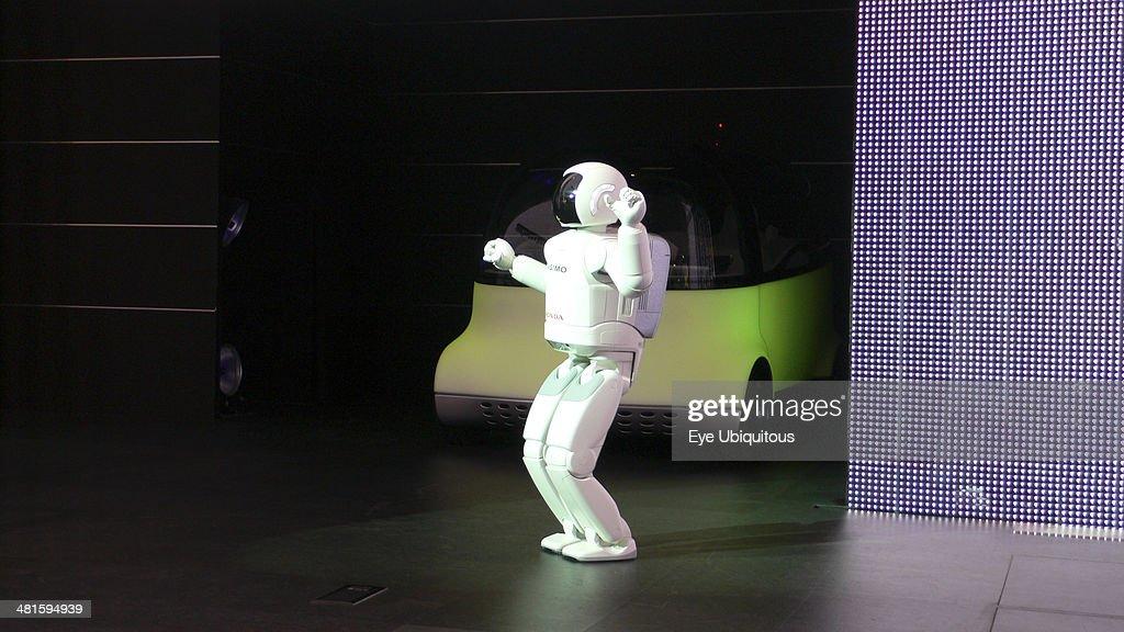 2007 Tokyo Car Show Asimo Robot Introduces Honda Concept Car Puyo