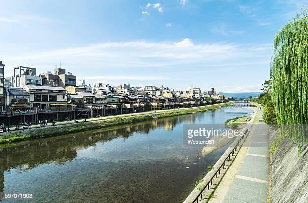 japan, honshu, kyoto, gion district, waterfront buildings at kamo river - fluss kamo stock-fotos und bilder