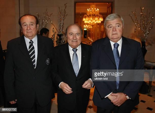 Japan Honshu Tokio die Mitglieder des FIFA Exekutivkomitees Nicolas Leoz Joseph Blatter und Ricardo Teixeira bei der FIFA KlubWeltmeisterschaft