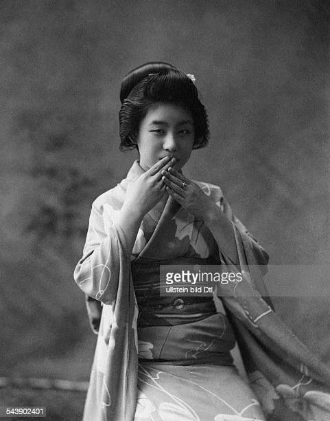 Japan Honshu Tokyo a maiko holding gracefully both hands over her mouth 1916Vintage property of ullstein bild