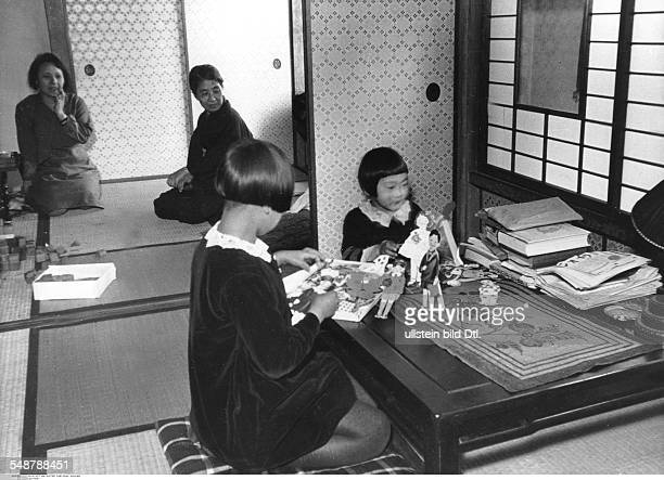 Japan Honshu Tokyo Children cutting out dolls at home 1932 Vintage property of ullstein bild