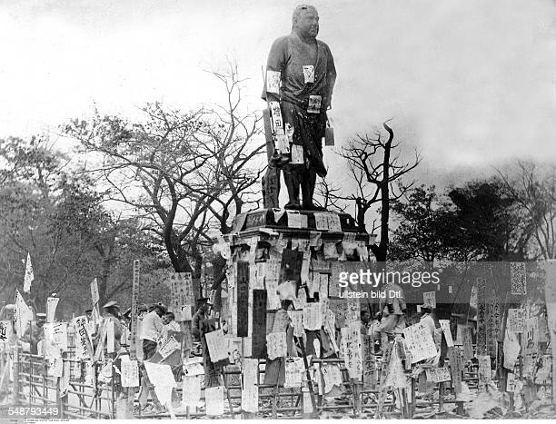 Japan Honshu Tokyo Great Kanto Earthquake 1923 Notes are stuck on a monument Vintage property of ullstein bild