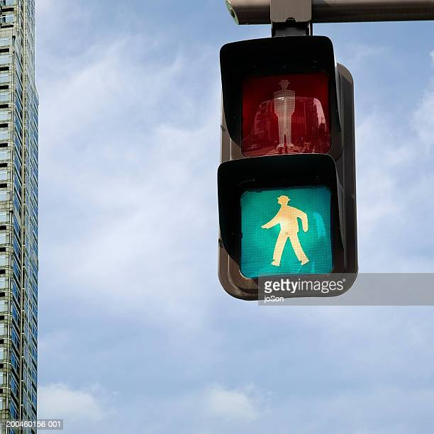 japan, honshu, tokyo, pedestrian traffic light, green man lit - road signal stock pictures, royalty-free photos & images