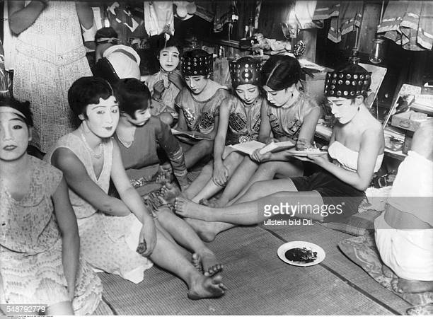 Japan Honshu Tokyo Revue girls of a Tokyo theater in the dressing room undated probably 1934 Vintage property of ullstein bild