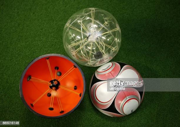 Japan Honshu Yokohama Fussball International FIFA Club WM Japan 2007 Pressekonferenz mit Praesentation des neuen Spielball Adidas Teamgeist 2 mit...
