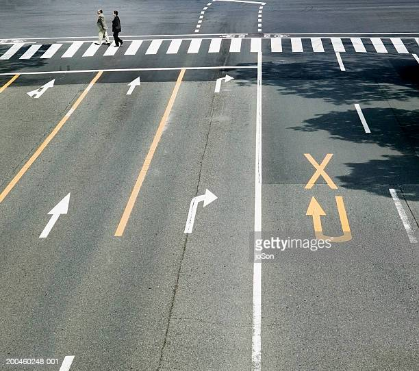 japan, honshu,tokyo, shinjuku, pedestrians crossing road,elevated view - dividing line road marking stock pictures, royalty-free photos & images