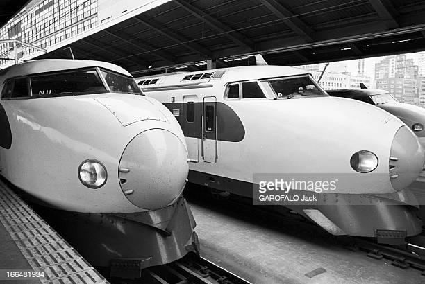 Japan Japon 14 octobre 1968 dans une gare deux trains Hikara parcourant les 525 kilomètres entre Tokyo et Osaka en 3h10 vus de l'avant