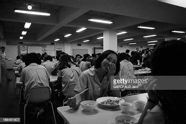 Japan Japon 14 octobre 1968 la cantine de l'entreprise 'Sony' avec les employés assis à table lors de leur repas dont une femme qui cache son sourire