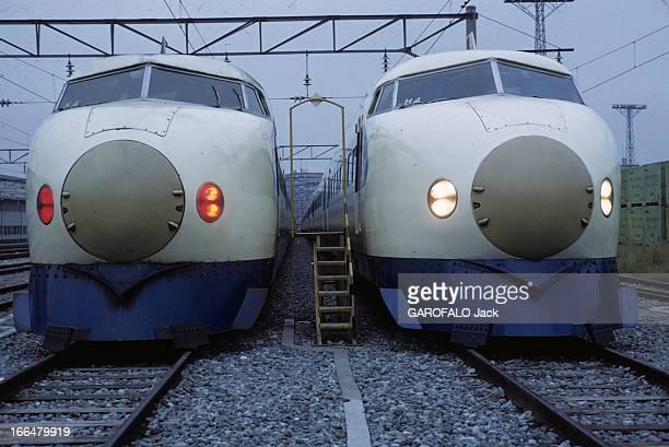 Japan Japon novembre 1968 deux exemplaires du train Hikara à l'arrêt Ils desservent la ligne TokyoOsaka