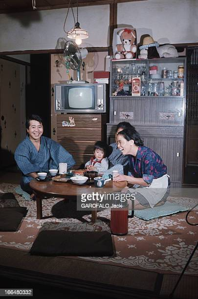 Japan Japon novembre 1968 la ville de Tokyo loue à Suzuki des maisonettes à pièce unique pour un loyer mensuel de 24 francs La minicuisine comporte...