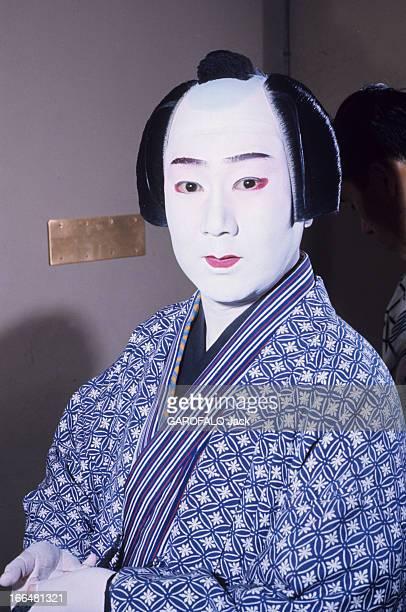 Japan Japon novembre 1968 portrait d'un japonais vêtu d'un kimono à l'imprimé bleu et blanc