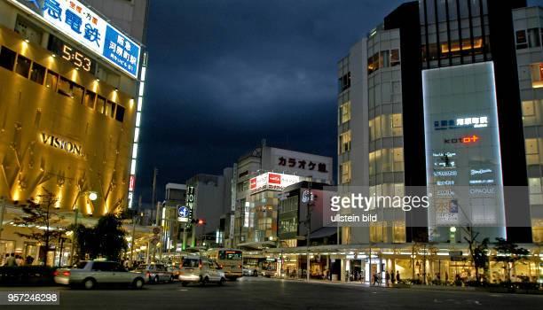 Japan / Kyoto / Abendlicher Straßenverkehr in der alten Kaiserstadt Kyoto aufgenommen im Oktober 2009 Teile der Bürgersteige und Gehwege einer...