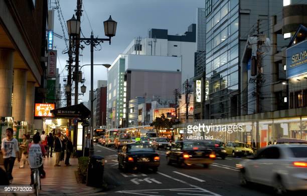 Japan / Kyoto / Abendlicher Straßenverkehr in der alten Kaiserstadt Kyoto aufgenommen im Oktober 2009