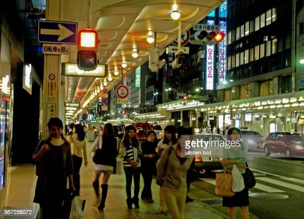 Japan / Kyoto / Abendlicher Straßenverkehr und Einkaufstrubel in der alten Kaiserstadt Kyoto aufgenommen im Oktober 2009 Teile der Bürgersteige und...