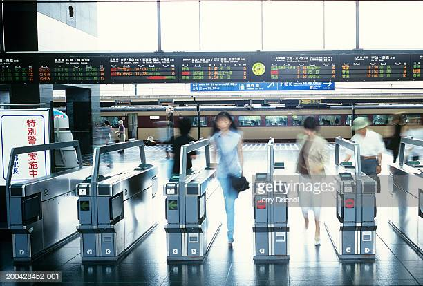 japan, kyoto, people going through turnstiles (blurred motion) - 改札 ストックフォトと画像