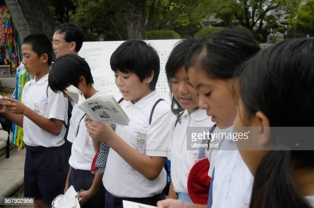 Japan / Nagasaki /Japanische Schüler bei der Ehrung von Opfern im Friedenspark der AtombombenGedenkstätte von Nagasaki aufgenommen im Oktober 2009 In...