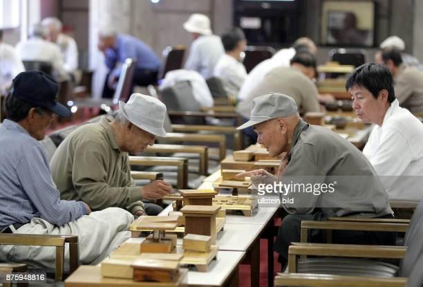 Japan Naruto Rentner beim Spielen in einem Feierabendclub