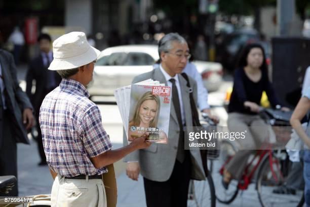 Japan Naruto Zeitungshaendler verkauft Zeitschriften mit westlichem Schoenheitsideal
