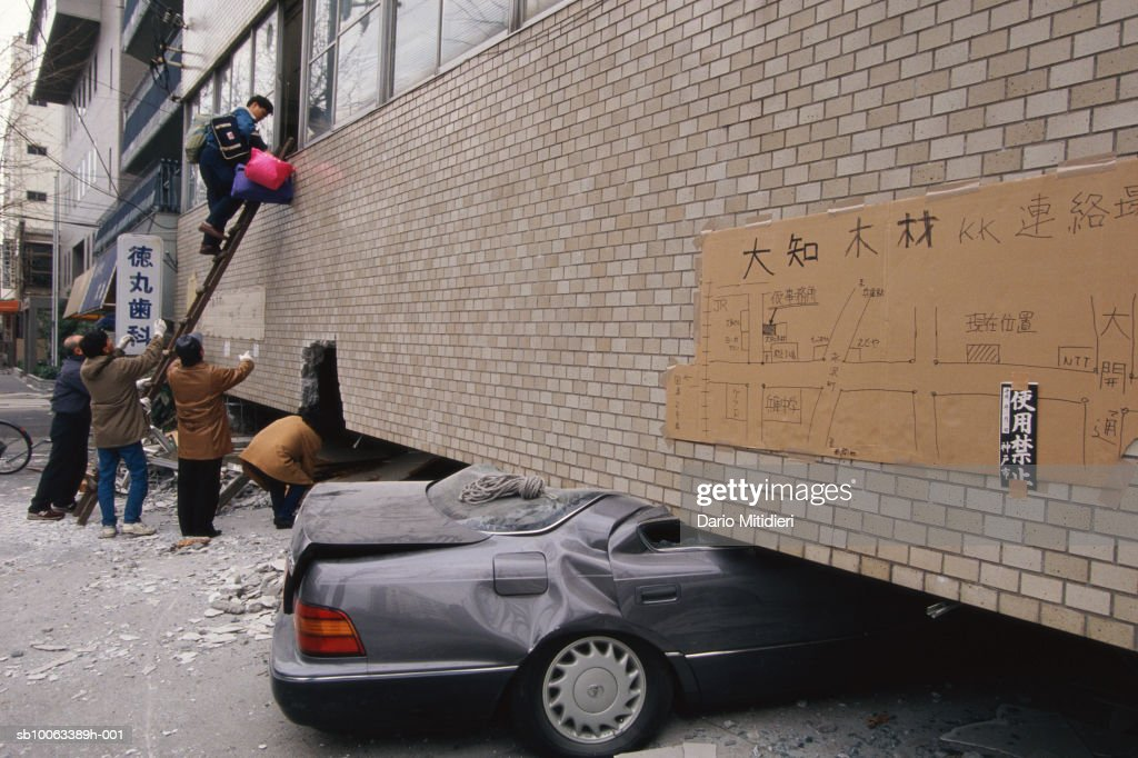 Japan, Osaka, Kobe, cars crushed by building during earthquake : Nyhetsfoto