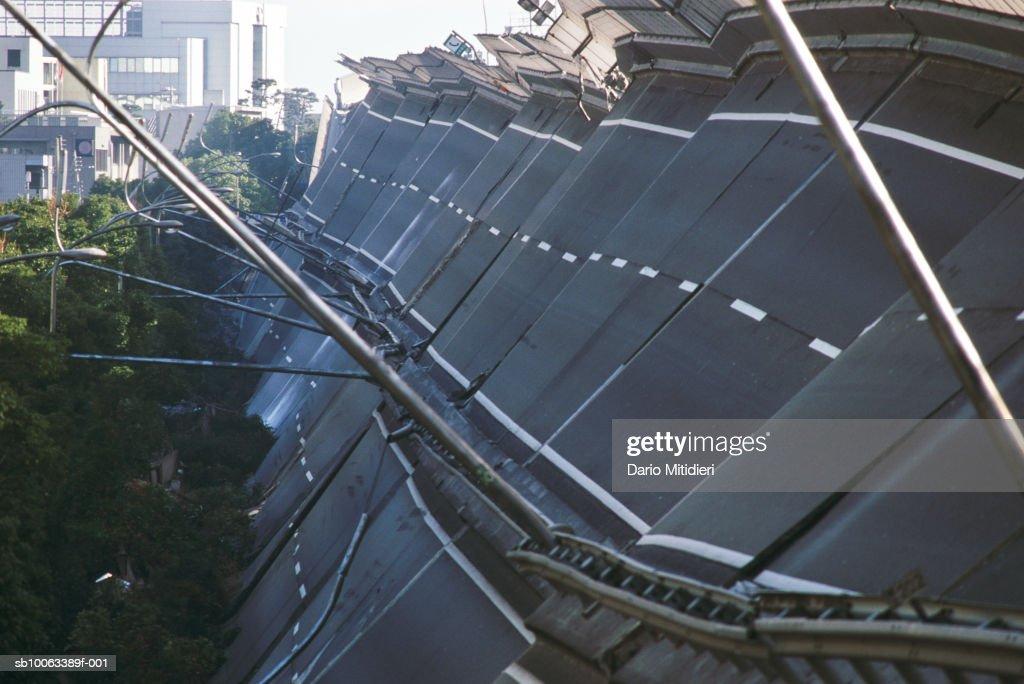 Japan, Osaka, Kobe, highway destroyed in earthquake : ニュース写真