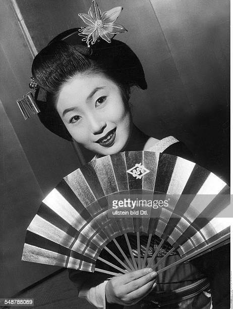 Japan Portrait of a geisha with fan 1960 Vintage property of ullstein bild
