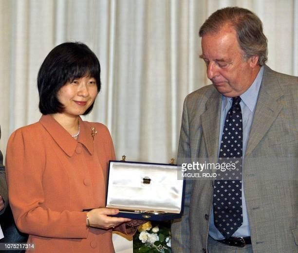 Japan Princess Sayako shows the keys of Montevideo city after receiving them from acting Mayor Adolfo Perez Piera 18 November 2003 Princess Sayako is...