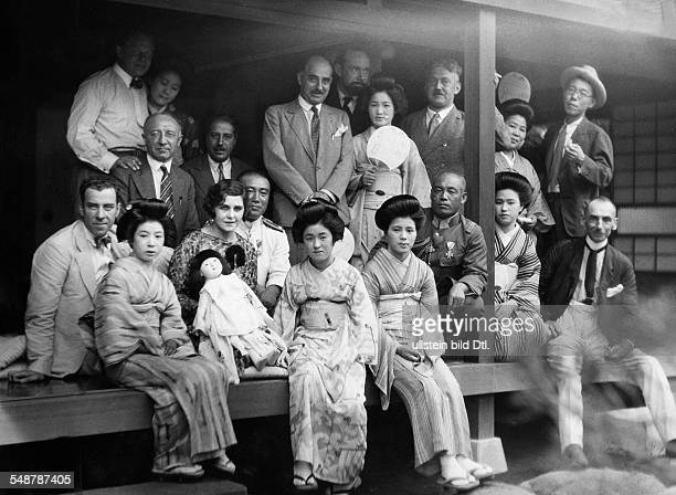 Japan: Round-the-world voyage of the Graf Zeppelin : Japanese passengers of the Zeppelin in a teahouse - 1929 - Vintage property of ullstein bild