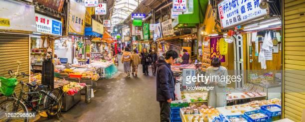 忙しい屋根付き市場で日本の買い物客難波パノラマ大阪 - ショッピングエリア ストックフォトと画像