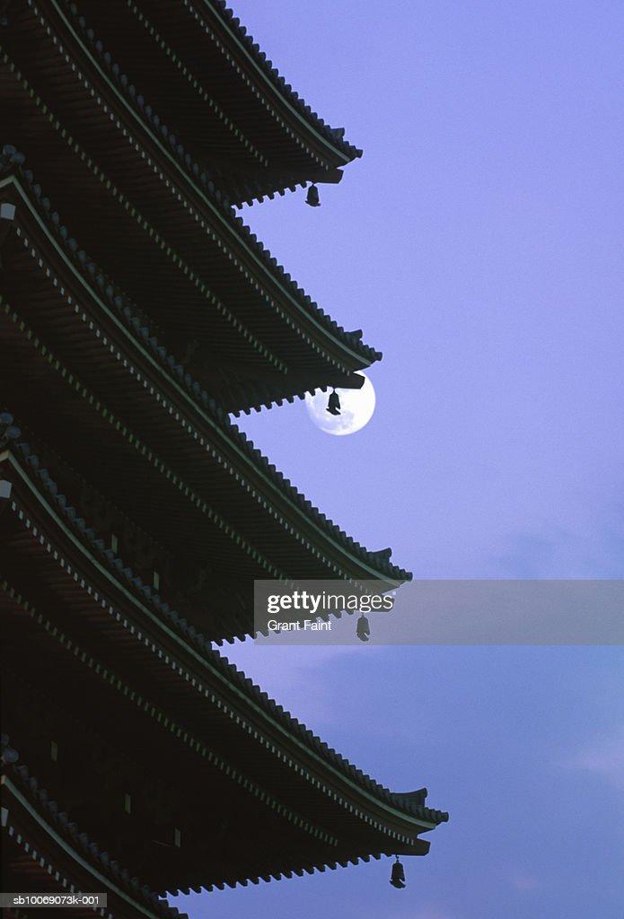 Japan, Tokyo, moon behind Asakusa temple : Stockfoto