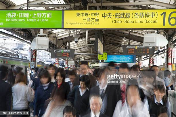 japan, tokyo, people in train station (blurred motion) - 通勤電車 ストックフォトと画像