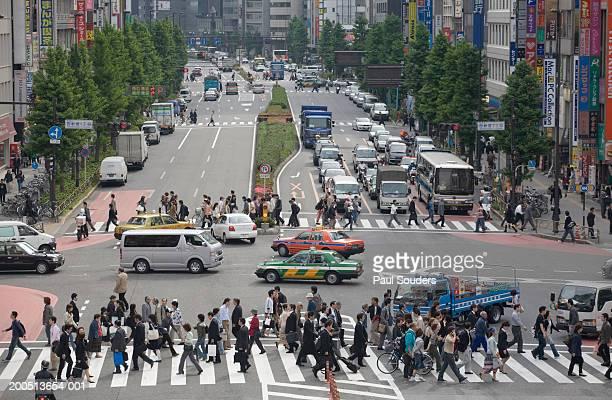Japan, Tokyo, Shinjuku Ward, pedestrians crossing street