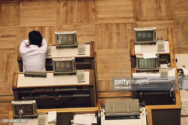 japan, tokyo, tokyo stock exchange, man resting on desk - 1990~1999年 ストックフォトと画像