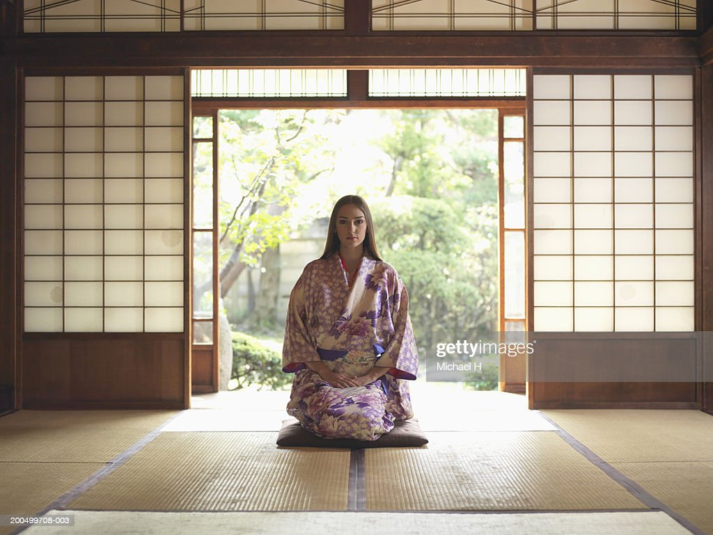 Japan, Tokyo, young woman in kimono kneeling on tatami mat, portrait : Stock-Foto