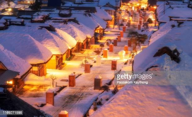 japan winter train - 深い雪 ストックフォトと画像