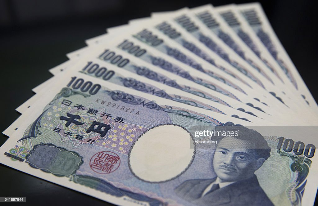 Japanese 1,000 yen banknotes are arranged for a photograph in Tokyo, Japan, on Monday, June 20, 2016. Japanese shares fell, with the Topix index dropping for the first time in three days, as the yen rose ahead of the U.K. decision on European Union membership and investors awaited testimony from Federal Reserve Chair Janet Yellen. Photographer: Tomohiro Ohsumi/Bloomberg via Getty Images