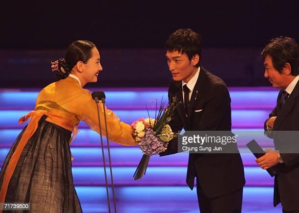 Japanese actor Tsuyoshi Kusanagi of 'The Violin' accepts the award for Best Single Drama Winner during the 1st Seoul Drama Awards 2006 at the Korea...