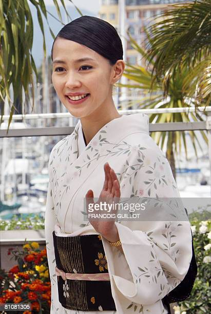 Japanese actress Yoshino Kimura waves as she poses during a photocall for Brazilian director Fernando Meirelles' film 'Blindness' at the 61st edition...