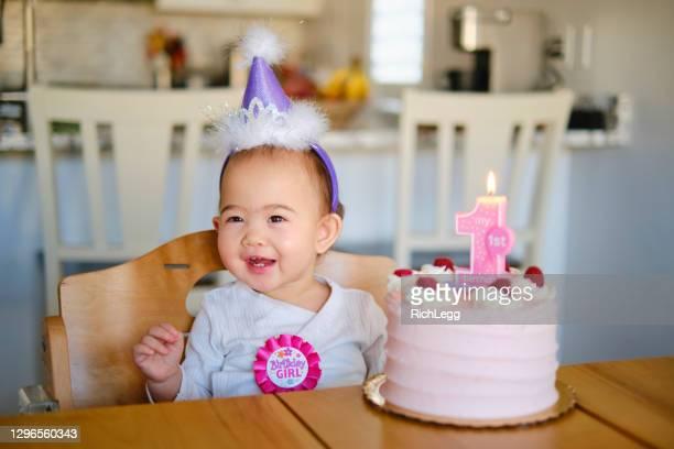 1歳の誕生日を祝う日系アメリカ人の赤ちゃん - 1歳以上2歳未満 ストックフォトと画像