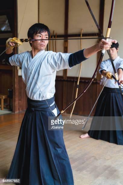 日本弓は弓を発射する準備ができてを描画します