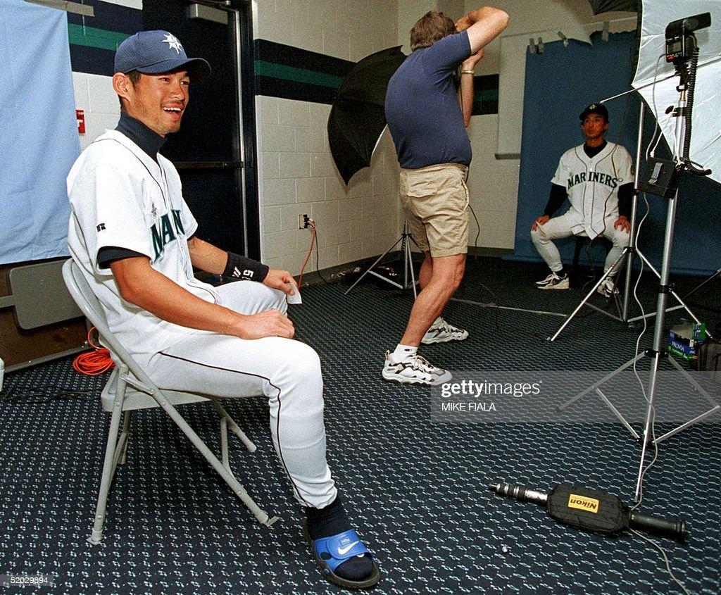 Japanese baseball player Ichiro Suzuki(L) poses du : News Photo