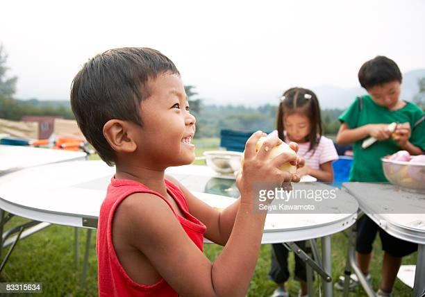Japanische junge hält Kartoffel, Lächeln
