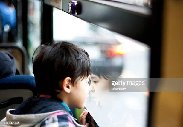 Niño japonesa en un bus