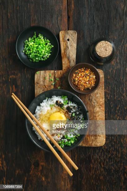 japanisches frühstück tamago kake son gohan - japanische küche stock-fotos und bilder