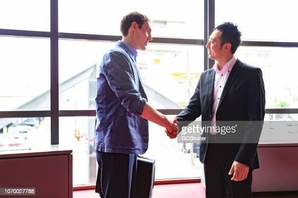 ヨーロッパのビジネスマンの会議日本の経営者 - 人脈作り ストックフォトと画像