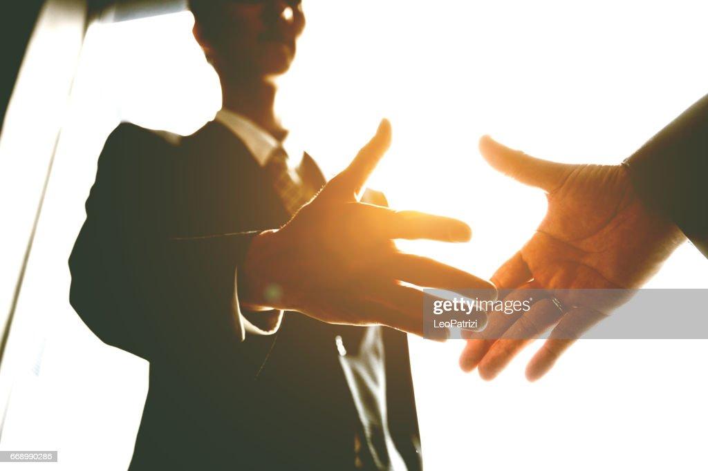 日本のビジネス オフィス、日本中握手。 : ストックフォト
