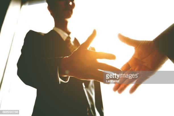 日本のビジネス オフィス、日本中握手。