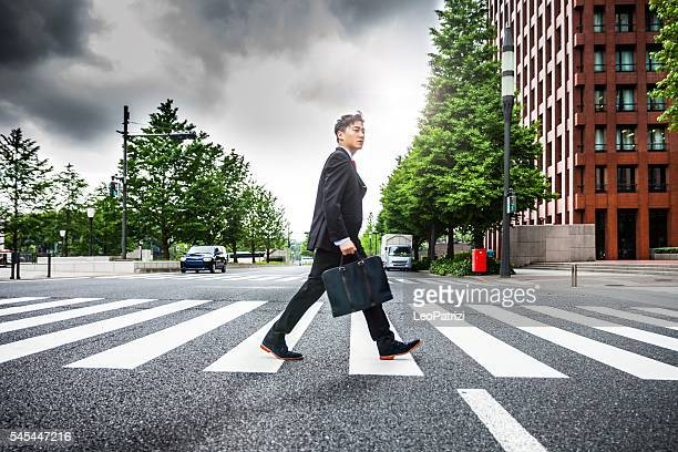 japanese business man in tokyo financial district - 横位置 ストックフォトと画像