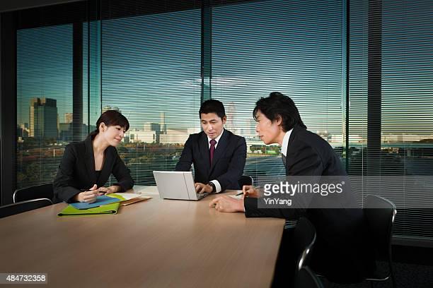 日本のビジネスオフィスで働くミーティング水平