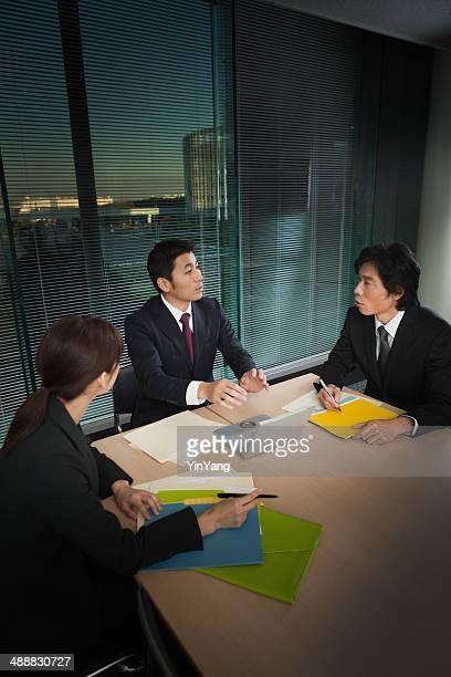 日本のビジネスオフィスで働くミーティング垂直