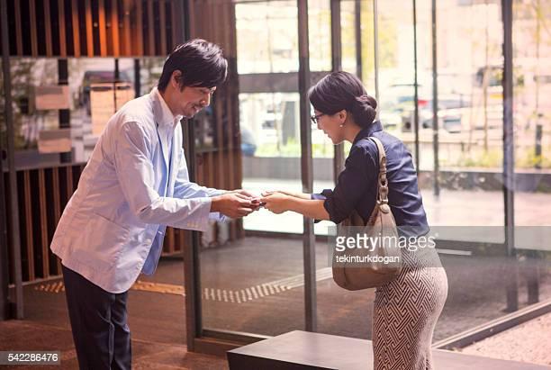 Socios de negocios japonés intercambio tamaño tarjeta de visita en Kioto, Japón